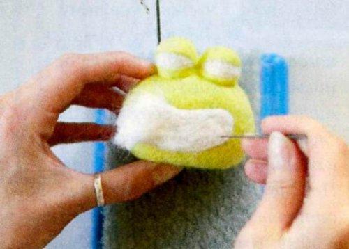 Валяння іграшки з вовни.