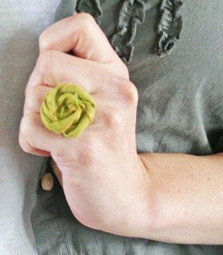 Кільце з квіткою з тканини