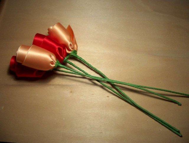 Троянди з атласних стрічок