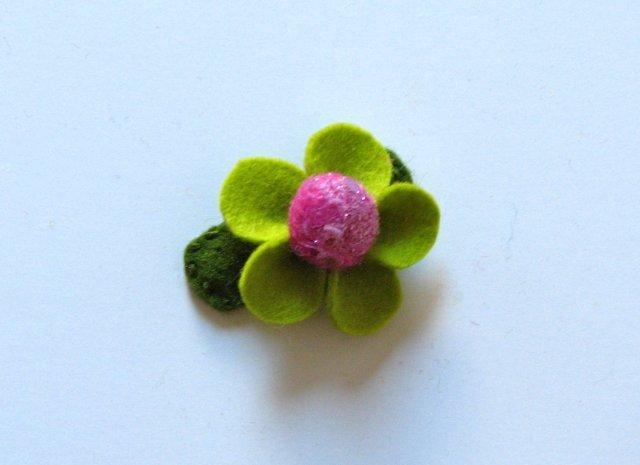 Заколка з квіткою з тканини