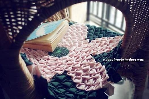 Гарний килимок в техніці клаптикового шиття з трикутників.
