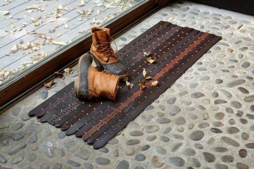 Креативний килимок з ременів.