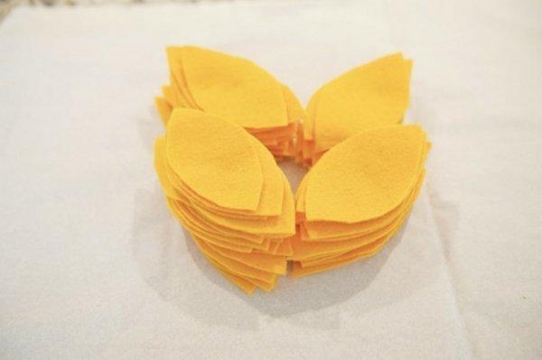 Декоративна подушка квітка з флісу своїми руками.