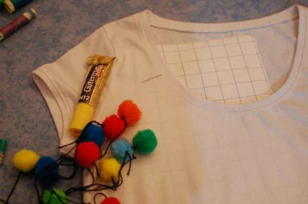 Декорування футболки помпонами.
