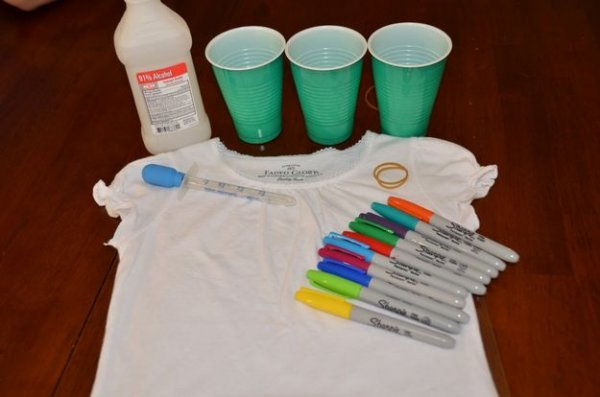 Оригінальний спосіб декору білої футболки.