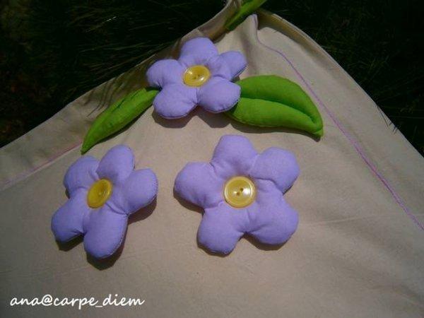 Прикрашаємо подушку об\ємними квітами.