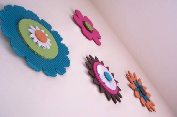 Прикрашаємо стіни декором з картону.