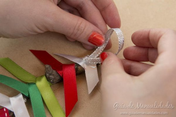 Як легко зробити ялинку з гілочки і атласних стрічок?