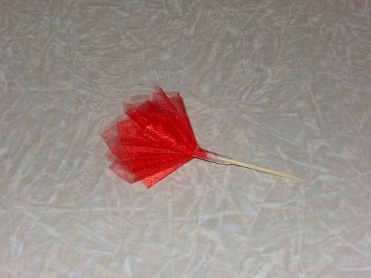 Як зробити незвичайний подарунок з цукерок.
