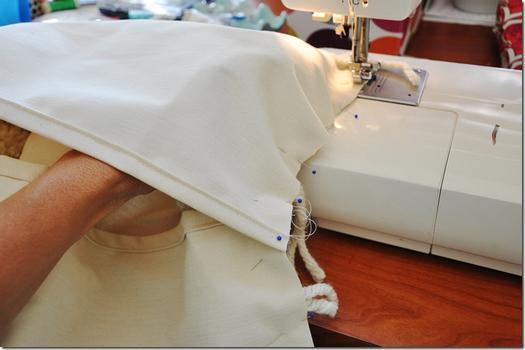 Як зробити подушку з помпонами