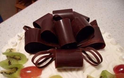Як зробити шоколадний бант для прикраси торта