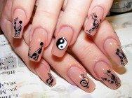 Дизайн нігтів чорним і білим лаками