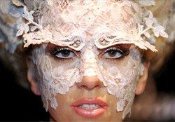 Леді Гага шокує публіку своїми формами!