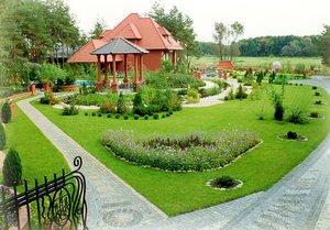 Благоустрій двору: як облаштувати двір приватного будинку своїми руками