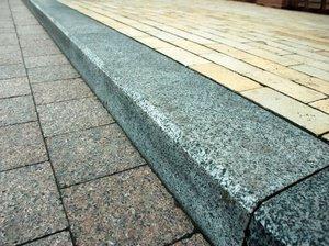 Бордюрний камінь: особливості, плюси і мінуси, розміри, правила укладання, відео укладання