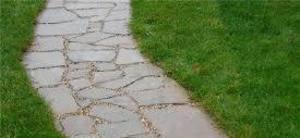 Доріжки з природного каменю: плюси і мінуси, характеристики, порівняння з іншими матеріалами, технологія укладання