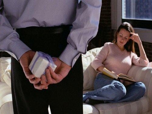 Що подарувати дружині на день народження: якщо немає грошей, своїми руками