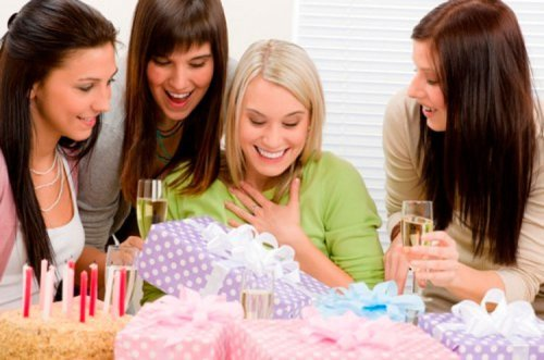 Що подарувати дівчині на день народження 28 років