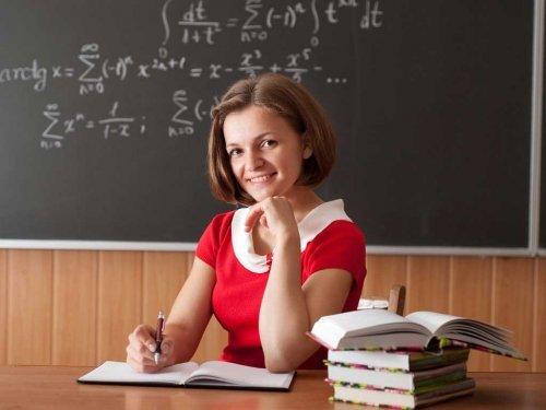 Що подарувати вчителю на 8 березня від класу: недорого, своїми руками