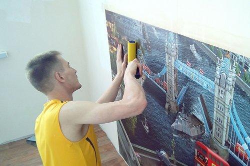 Як клеїти шпалери на стіну правильно