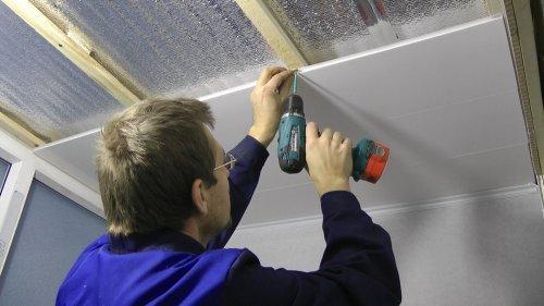 Як кріпити пластикові панелі до стелі