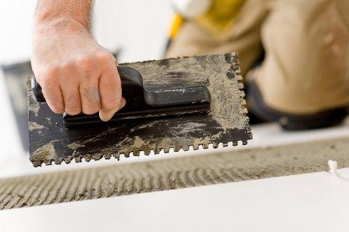 Як правильно класти плитку на підлогу в туалеті або у ванні