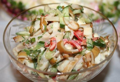 Смачні салати, приготовані з копченим кальмаром
