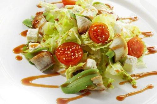 Готуємо незвичайний салат з копченим вугром