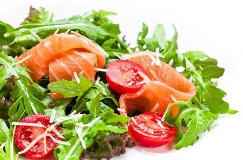 Готуємо салати з копченим лососем