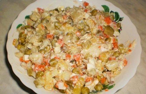 Популярні рецепти салатів з копченої риби
