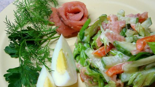 Салат з копченою горбушею: прості рецепти до кожного свята
