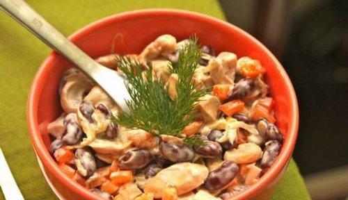 Ситний і дуже смачний салат з квасолі та копченої курки