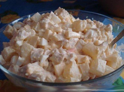 Ситний і смачний салат з ананасами і копченою куркою