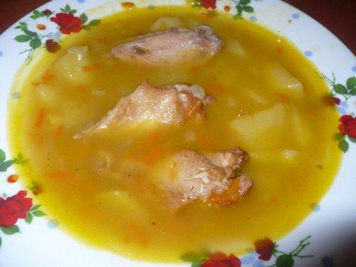 Ситний і смачний суп з копченными крильцями