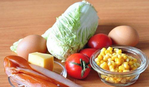 Смачний салат з кукурудзою і копченою куркою