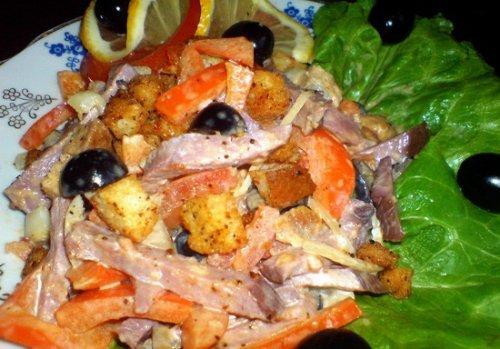 Смачний і ситний салат з копченої яловичини