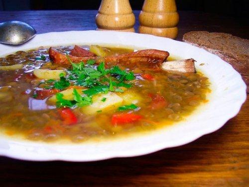 Як приготувати смачний сочевичний суп з копченостями