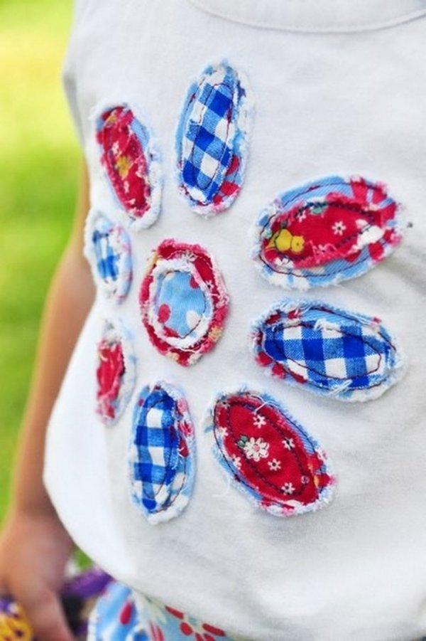 Аплікація з тканини на футболку у формі квітки.