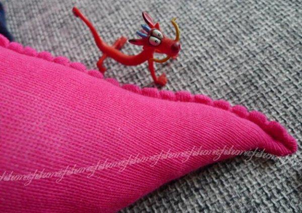 Робимо забавного дракончика з шкарпеток.