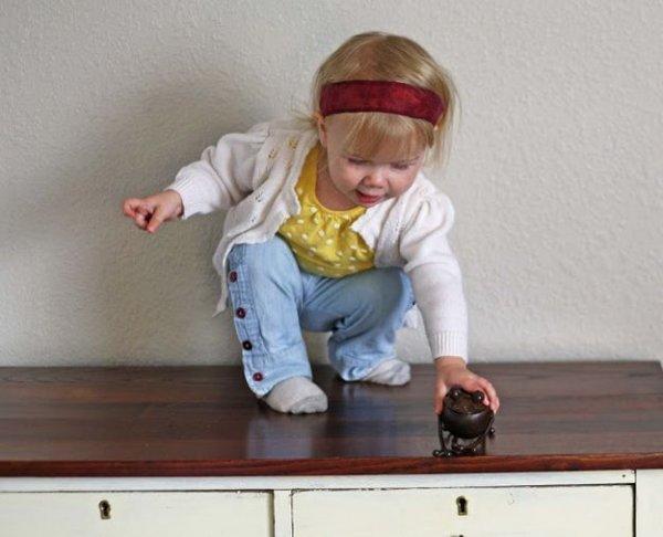 Шиємо дитячі штанці з рукавів непотрібної батькової сорочки.