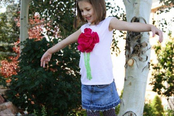 Як легко прикрасити футболку квіткою з тканини?